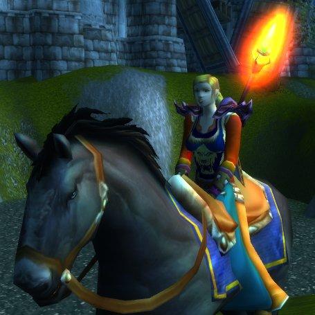 Shaz auf ihrem Rappen vor der Burg Stromgard